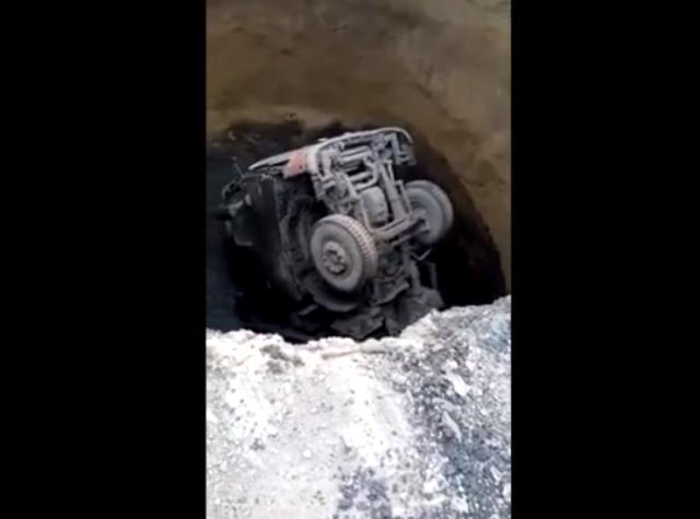В Кемеровской области грузовой автомобиль провалился под землю