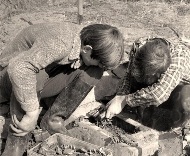 """Советские дети в поисках """"эха войны"""" (9 фото)"""