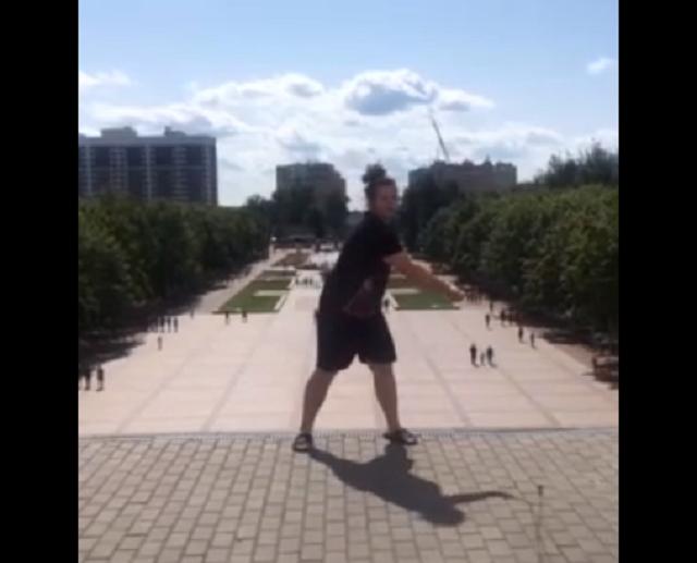 """В Брянске парень станцевал у памятника и против него возбудили дело """"за неуважение к обществу"""""""