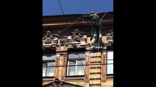 В Санкт-Петербурге сбивают лепнину с доходного дома Симоновых