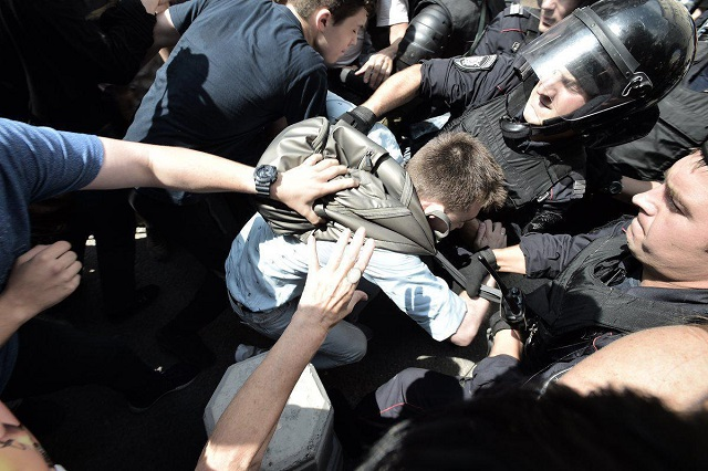 Фоторепортаж с московского митинга (16 фото + 8 видео)