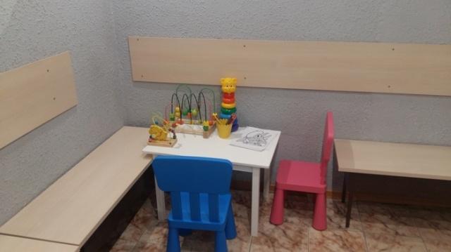 Детский уголок в офисе нотариуса (3 фото)