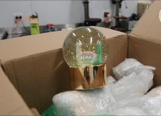 """В Австралии пограничники изъяли 15 стеклянных шаров со """"снегом"""" на сумму полтора млн долларов"""