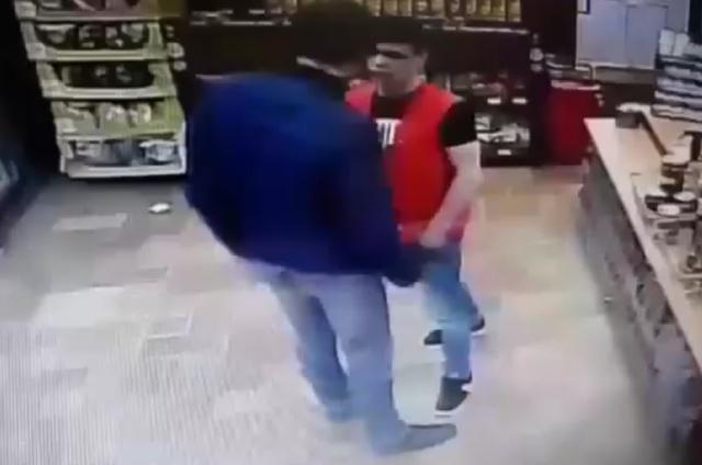 Работник магазина смог постоять за себя