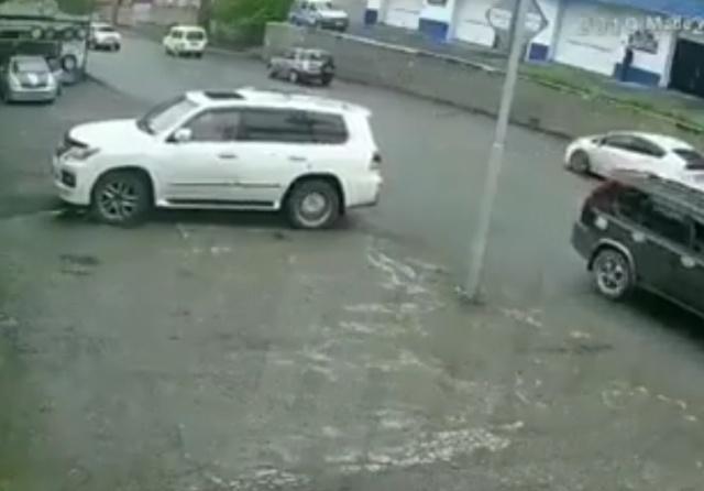 Водитель не заметил мачту освещения