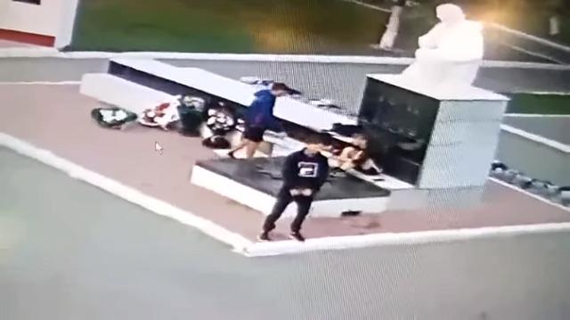 В Саратовской области 3 подростка осквернили Вечный огонь в парке Победы
