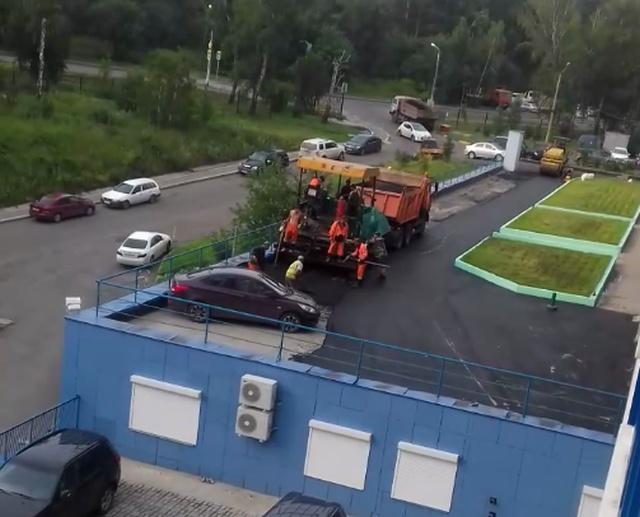 """В Красноярске рабочие """"позаботились"""" о припаркованном автомобиле"""