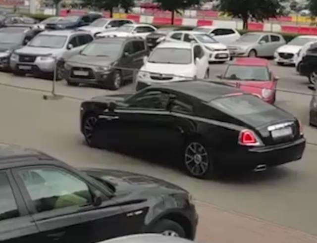 Парни на Rolls-Royce и езда по тротуару в Санкт-Петербурге