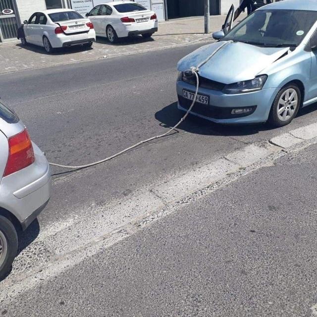 Как не надо буксировать автомобиль (2 фото)