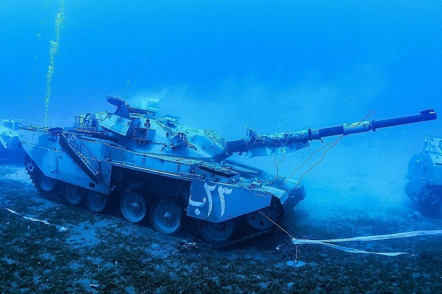 В Иордании открыли подводный музей военной техники (7 фото)