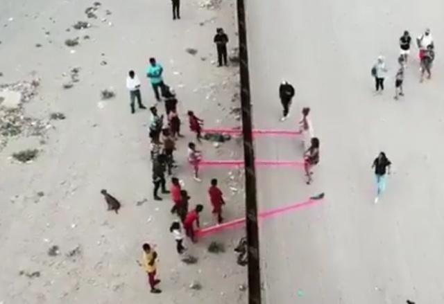 Необычный арт-объект на границе между США и Мексикой