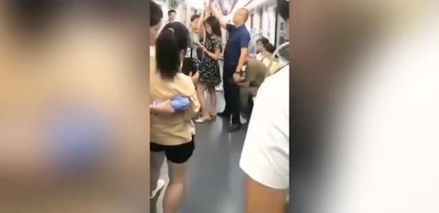 В Китае мужчина нашел мирный способ защитить девушку от извращенца в метро