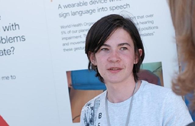 Подросток из Екатеринбурга создал устройство для глухих и победил на конкурсе Google