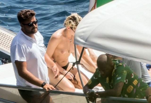Топлес Кристен Стюарт на отдыхе со своей бывшей девушкой Стеллой Максвелл (12 фото)