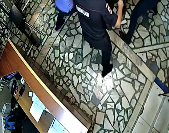 Драка с задержанным мужчиной в Красноярском отделе полиции