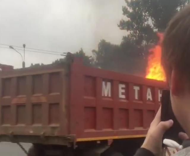 """Горящий грузовик с надписью """"Метан"""" на дорогах Санкт-Петербурга (3 видео)"""