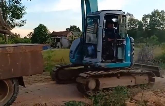 Погрузка экскаватора на грузовик (6 гифок)