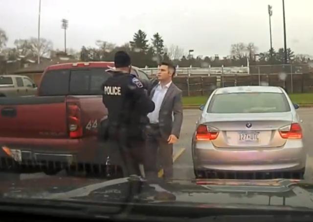 Полицейский остановил парня, который очень опаздывал на важную встречу