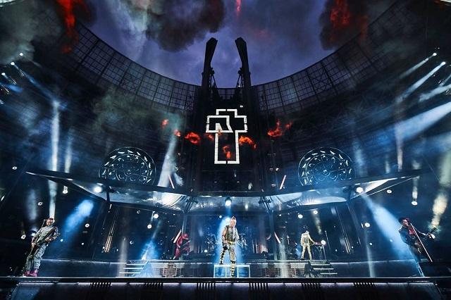 Гитаристы Rammstein поцеловались на концерте в Москве (8 фото)