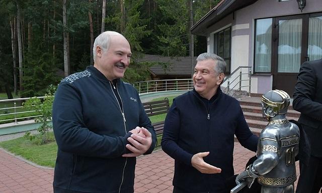 Президент Узбекистана подарил Александру Лукашенко его маленькую копию
