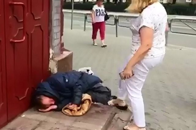 В Перми уволили сотрудницу Росреестра, которая пинала ногами бездомного