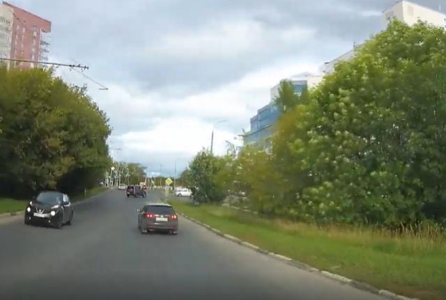 Авария из-за странного маневра на повороте
