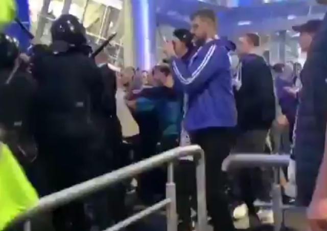 """Драка фанатов """"Зенита"""" с бойцами ОМОНа в Санкт-Петербурге (2 видео)"""