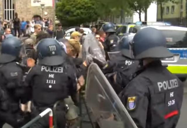 """Полиция """"разгоняет"""" протестующих на митинге в Германии"""