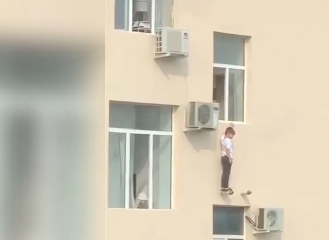 Мужчина спас ребенка, который оказался за окном высотки
