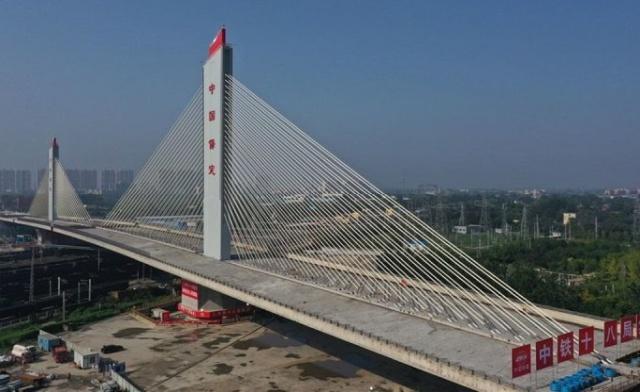 Çin iki dünya rekoru kıran benzersiz bir salıncak köprüsü kurdu