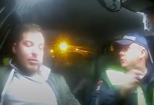 Пьяный водитель попытался съесть свое водительское удостоверение