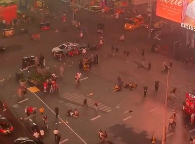 Массовая паника на Таймс-сквер в Нью-Йорке: звук мотоцикла приняли за выстрелы (2 видео)