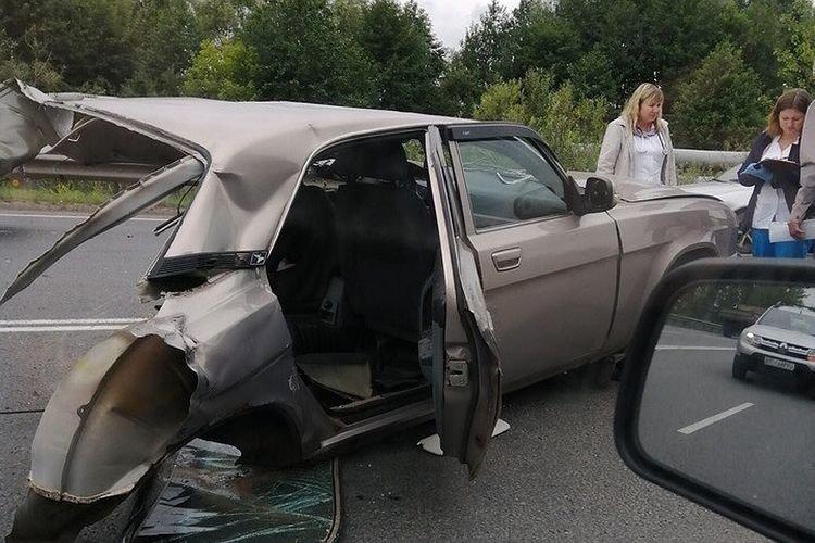 Родился в рубашке: Волгу разорвало пополам по вине пьяного водителя на внедорожнике (видео + 3 фото)