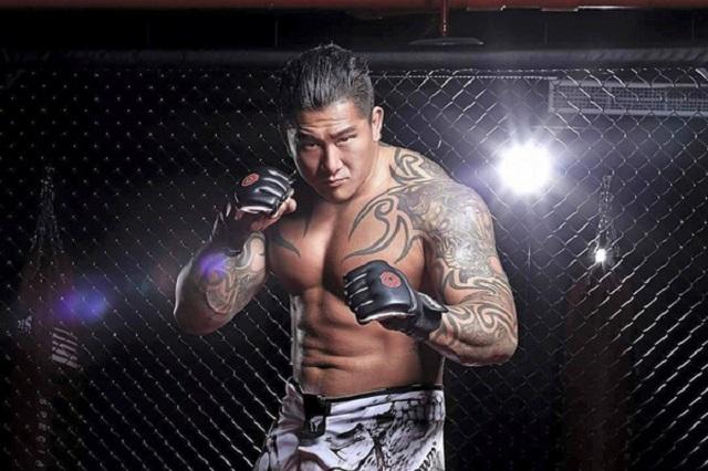 """Боец MMA """"преподал урок"""" дерзкому тайваньскому блогеру (2 фото + видео)"""