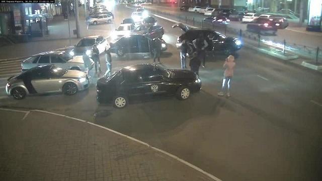 В Калуге группа людей перекрыла машинами дорогу и стала танцевать лезгинку