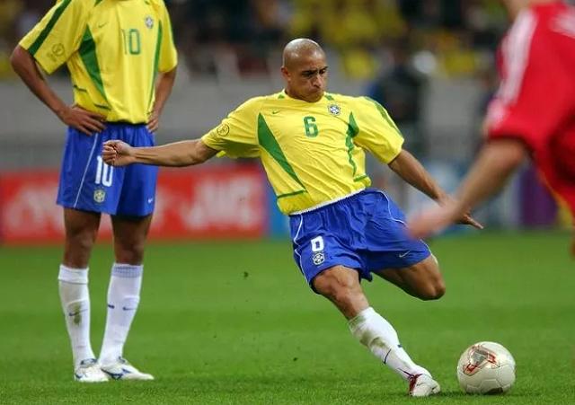 Великий футболист Роберто Карлос повторил свой гол, который не поддается законам физики