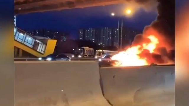 На МКАДе в результате ДТП взорвалась Tesla