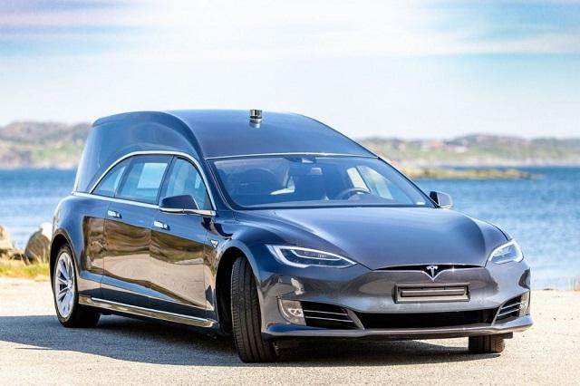 Норвежец сделал из Tesla электрокатафалк и выставил его на продажу (9 фото)