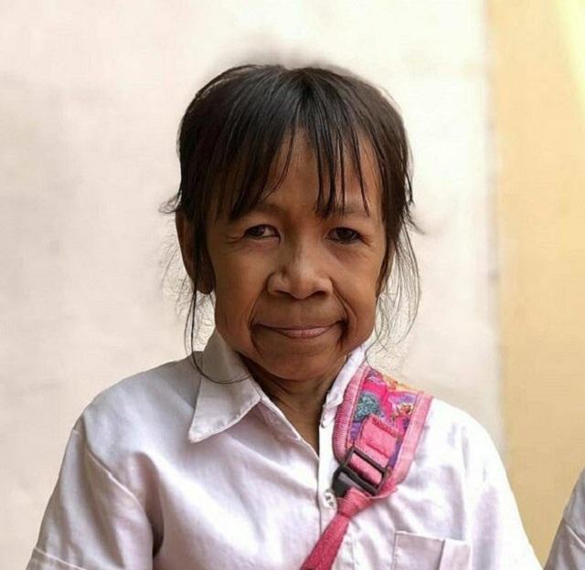 Почему на этой миниатюрной бабушке школьная форма? (4 фото + видео)