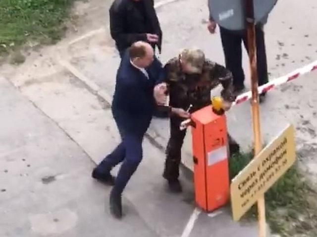 В Екатеринбурге чиновник приехал демонтировать шлагбаум и ударил пенсионера, который пытался ему помешать