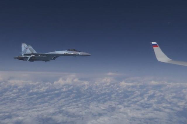 Российский Су-27 отогнал истребитель НАТО F-18, который приблизился к самолету Сергея Шойгу