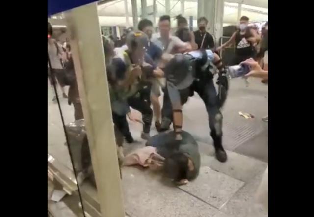 Протестующие в Гонконге напали на полицейского
