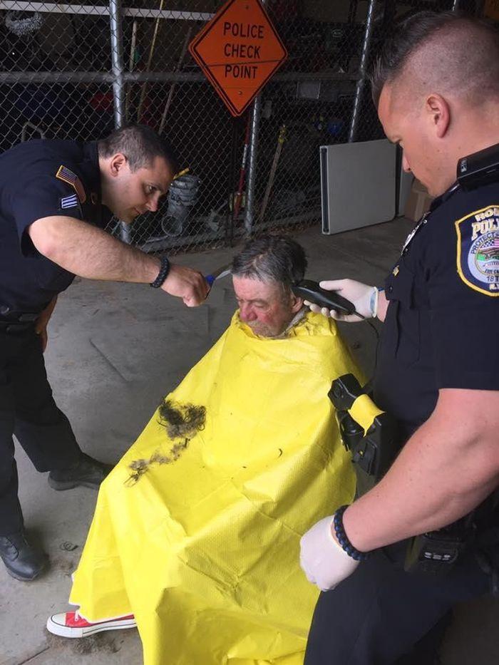 Бездомный мужчина и полиция (13 фото)