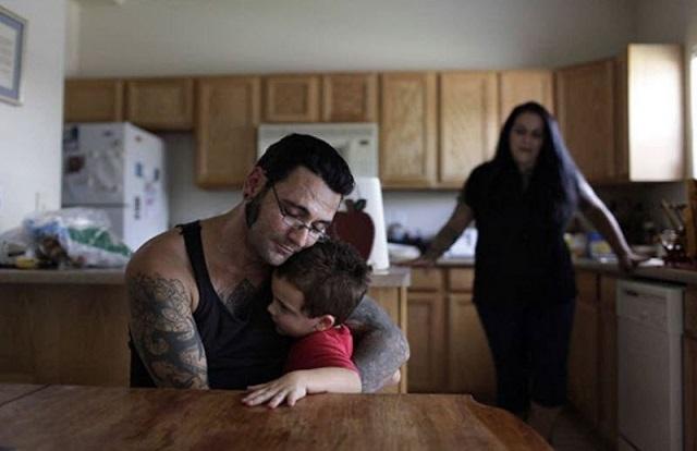 Бывший скинхед удалил расистские тату после рождения сына и изменил свою жизнь (10 фото)