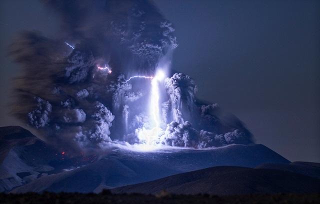 Фотограф из Германии отправился на Сахалин, чтобы заснять вулканическую молнию (3 фото)