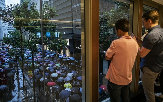 Фотоотчет: сотни тысяч людей вышли на мирную акцию протеста в Гонконге (9 фото)