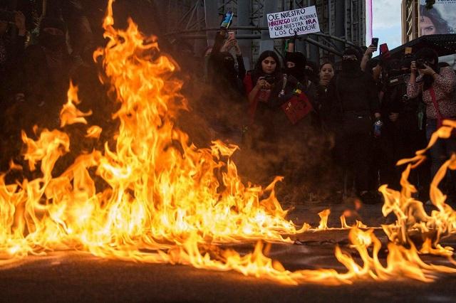 В Мексике прошла масштабная акция протеста против полицейского насилия и за права женщин (8 фото)