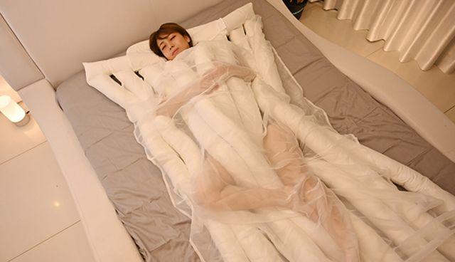 """Еще одно странное изобретение из Японии - """"одеяло-лапша"""" (6 фото)"""