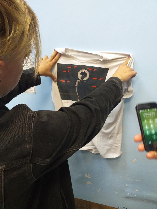 """В Новосибирске православные активисты заставили парня снять футболку с """"оскорбляющим"""" принтом"""