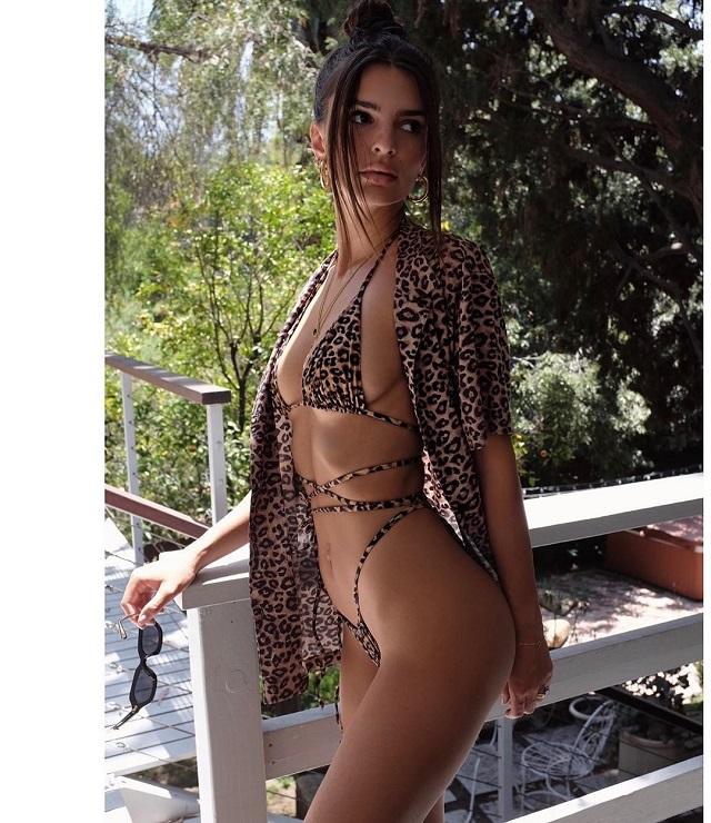 Эмили Ратаковски порадовала фанатов новыми фото в мини-бикини (12 фото + видео)